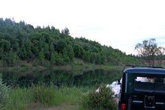 Soirée, nature d'été, tout en voyageant sur un véhicule de haut-terrain, au-dessus de terrain accidenté et de routes intérieures Photographie stock libre de droits