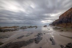 Soirée nuageuse sur la plage Photo libre de droits