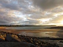 Soirée nuageuse sur la plage d'or Images stock