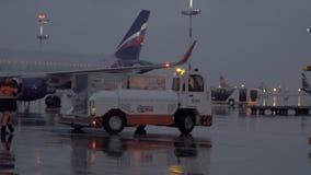 Soirée occupée à l'aéroport de Sheremetyevo, Moscou Regardez au trafic de véhicules banque de vidéos