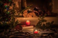 Soirée par la cheminée à l'arbre de Noël, bougies brûlantes Photo stock