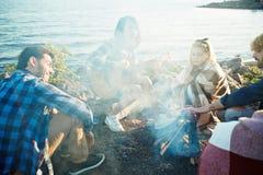 Soirée par le feu de camp Photographie stock libre de droits