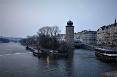 Soirée Prague, une promenade le long de la rivière de Vltava images stock