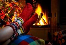 Soirée romantique de l'hiver par Noël de cheminée Photos stock