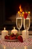 Soirée romantique par la cheminée. Photographie stock