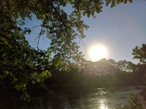 Soirée Sun au-dessus de la rivière Image libre de droits