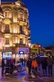 Soirée sur des rues de Bakou, personnes de marche Image libre de droits