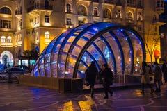Soirée sur des rues de Bakou, vue au croisement souterrain en verre Images libres de droits