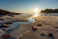 Soirée sur la plage sablonneuse avec The Creek, plage de Hoyvika Image stock