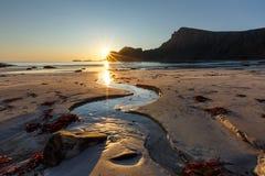 Soirée sur la plage sablonneuse avec The Creek sur le premier plan Photo libre de droits