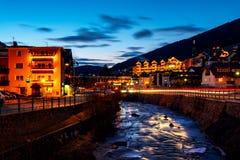 Soirée sur la station de vacances populaire Ortisei d'hiver de Val Gardena, Italie Image libre de droits