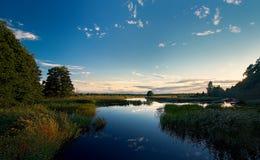 Soirée sur les canaux de rivière tranquilles dans les bois Photos libres de droits