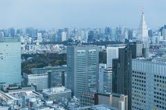Soirée urbaine d'horizon d'immeuble de bureaux de métro de ville de Tokyo image libre de droits