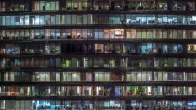 Soir?e fonctionnante dans l'immeuble de bureaux en verre avec de nombreux bureaux avec le timelapse de murs de verre et de fen?tr clips vidéos
