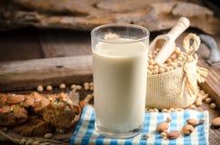 Soj ciastka na drewnianym stole i mleko Obraz Stock