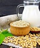 Soja da farinha na bacia com feijões de soja e leite no despedida fotografia de stock