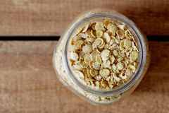 A soja orgânica lasca-se no frasco Imagens de Stock Royalty Free