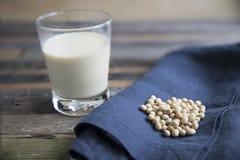 Soja sec avec du lait de soja Photos stock