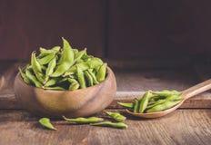 Soja verde en la madera de la tabla Fotos de archivo libres de regalías