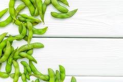Soja vert ou edamame pour la nourriture saine fraîche sur l'espace en bois blanc de vue supérieure de fond pour le texte photographie stock