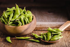 Soja vert sur le bois de table Photographie stock