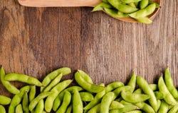 Soja vert sur le bois de table Images stock