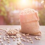 Soja w małym brązu worku na drewnianym stole strzał plenerowa Fotografia Stock