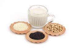 Sojaböna vit sesam, svart sesamfrö. Och vård- drink för soja. arkivbilder