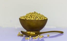 Sojabönor är i bruna koppar Royaltyfria Foton