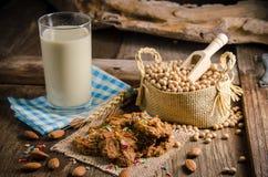Sojabönor mjölkar och kakor på en trätabell arkivbild