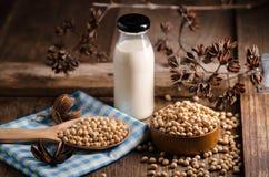Sojabönor mjölkar och sojabönor på trätabellen Arkivbild