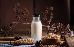 Sojabönor mjölkar och sojabönor på trätabellen Arkivfoto