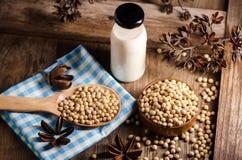 Sojabönor mjölkar och sojabönor på trätabellen Arkivfoton