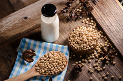 Sojabönor mjölkar och sojabönor på trätabellen Royaltyfri Fotografi