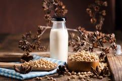 Sojabönor mjölkar och sojabönor på trätabellen Arkivbilder
