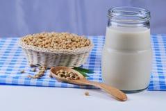 Sojabohnenölmilch und Sojabohnenölbohnen Stockbilder