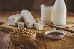 Sojabohnenölprodukte wie, Milch-, Tofu- und Soßenweinlese Stockbilder