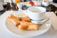 Sojabohnenmilch mit frittiertem Teigstock und schwarzen Samen des indischen Sesams Lizenzfreies Stockbild