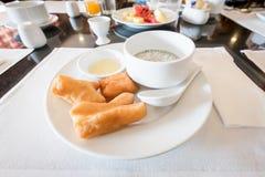 Sojabohnenmilch mit frittiertem Teigstock und schwarzen Samen des indischen Sesams Lizenzfreie Stockfotos