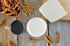 Sojabohnenmilch, -soße und -Tofu auf einem Holztisch Lizenzfreies Stockbild
