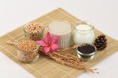 Sojabohnenmilch, Sojabohnenöl, schwarze Samen des indischen Sesams und gekeimter Naturreis (GABA) Lizenzfreie Stockfotografie