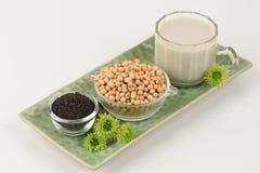 Sojabohnenmilch, Sojabohnenöl, schwarze Samen des indischen Sesams und gekeimter Naturreis (GABA) Stockfotos