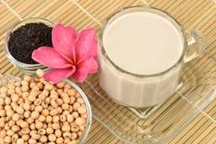 Sojabohnenmilch, Sojabohnenöl, schwarze Samen des indischen Sesams und gekeimter Naturreis (GABA) Stockbilder