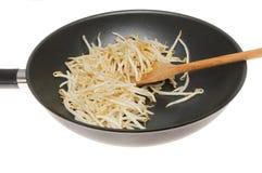 Sojabohnensprossen in einem Wok Stockfotos
