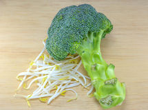 Sojabohnensprossen und Brokkoli mit Messer auf Tabelle Stockfoto
