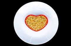 Sojabonen in een hart gestalte gegeven containerrood royalty-vrije stock afbeelding