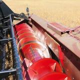 Sojas de la cosecha mecanizada. imagenes de archivo