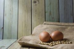 Sojas y huevo en los bolsos de la arpillera (Aún estilo de vida) Fotos de archivo libres de regalías