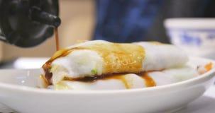 Sojasoße, die auf Steamed Suppennudelrolle im chinesischen restaura gießt Stockbild