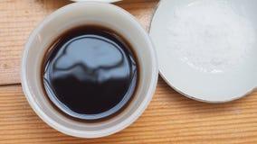 Sojasoße und Salz in der keramischen Draufsicht der Schale und der Platte Lizenzfreies Stockfoto